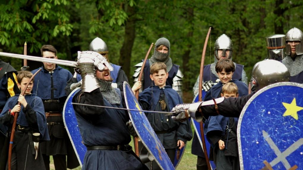 Schwertschaukampf der Ritter und Bogenschützen